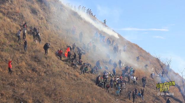 Wasseraktivisten versuchen einen Hügel bei Cantapeta Creek zu stürmen.