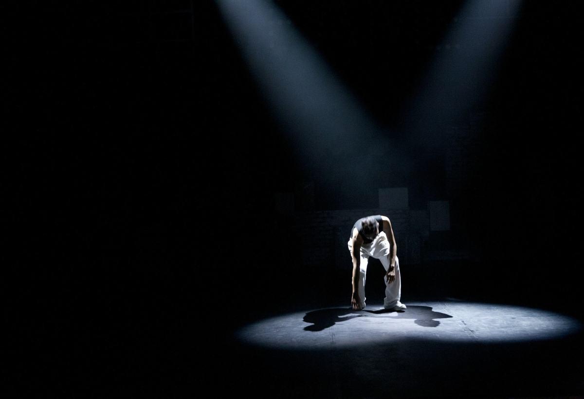 Die Moderne bringt viele Schattenseiten mit sich, die im Theater ihren Ausdruck finden.