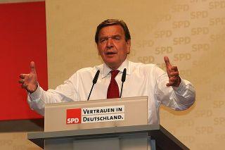 Gerhard Schröder bei einer Wahlkampfrede zur Bundestagswahl 2005 (Foto: Wikipedia/Gemeinfrei).