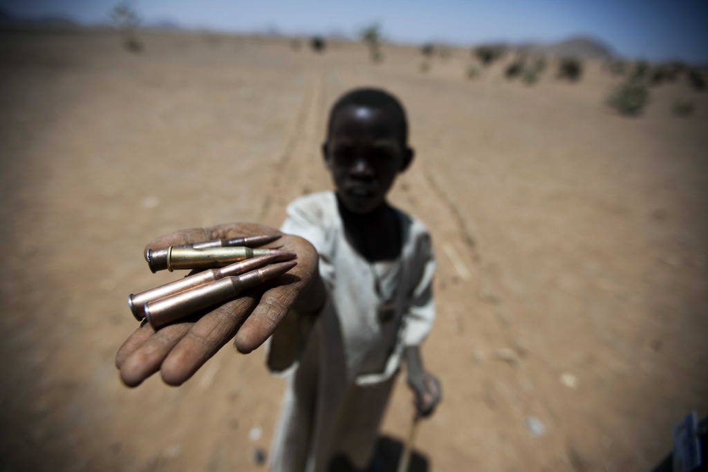 Kind im Westen des Sudan mit gesammelter Munition - Foto von Albert Gonzalez Farran - UNAMID - CC BY-NC-ND 2.0