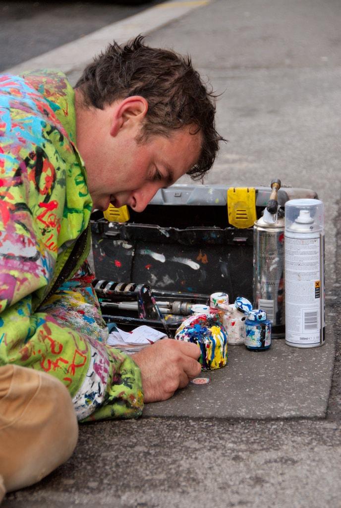 Der englische Künstler Ben Wilson bemalt in London festgetretene Kaugummis auf Bürgersteigen. CC BY-SA 2.0.