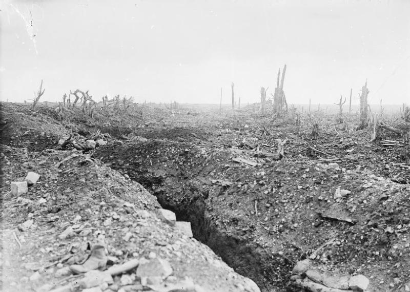 The_badly_shelled_main_road_to_Bapaume Ernest Brooks, Imperial War Museums; gemeinfrei