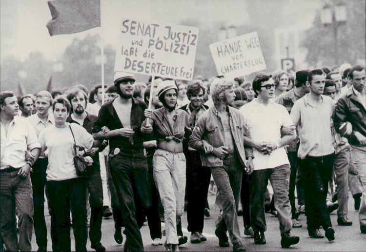 Demonstration für Deserteure im Jahr 1969 in Berlin (Foto: Beyerw - Eigenes Werk; CC BY-SA 3.0)