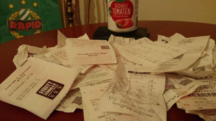 Gesammelte Rechnungen und eine Dose geschälte Tomaten. Michael Wögerer selbstversuch.