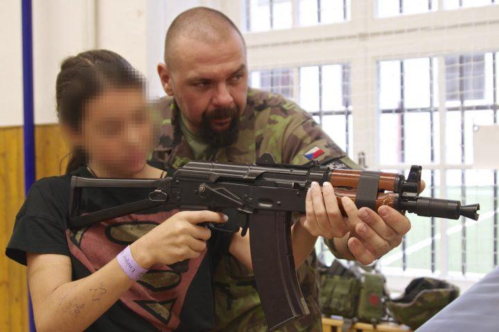 Programm POKOS: In Tschechien wirbt das Militär an Schulen für das Kriegshandwerk.; militari-scuola4-1-750x422-c-Pressenza