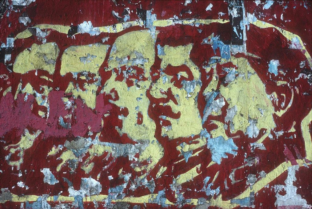 Plakatreste von Marx, Engels, Lenin, Stalin und Mao - Julian Stallabrass- flickr.com - CC BY 2.0