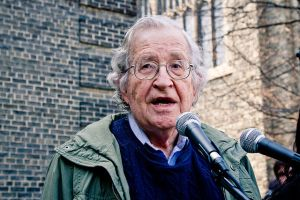 Noam Chomsky bei Occupy Wall Street 2011 von Andrew Rusk Toronto Kanada CC BY 2.0