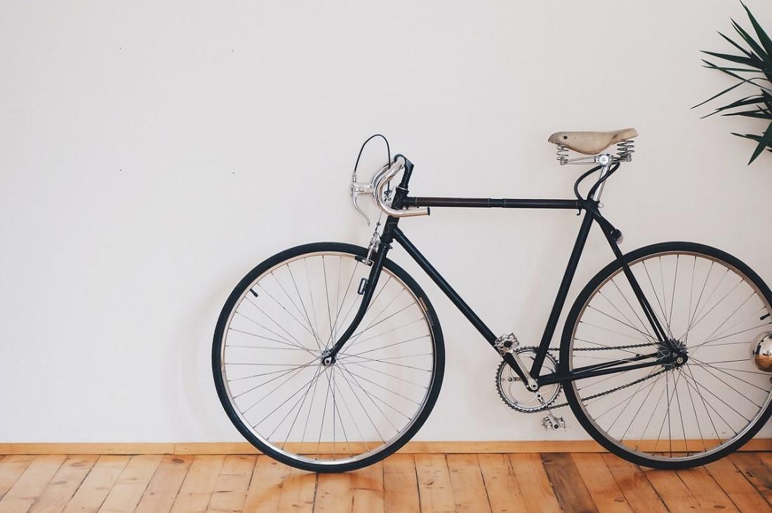Fahrrad im Wohnzimmer. (Foto: donterase; Pixabay)