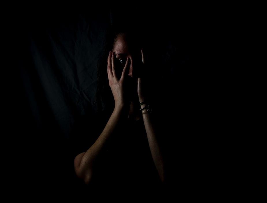 Mensch im Dunkeln. (Foto: Melanie Wasser, Unsplash.com)