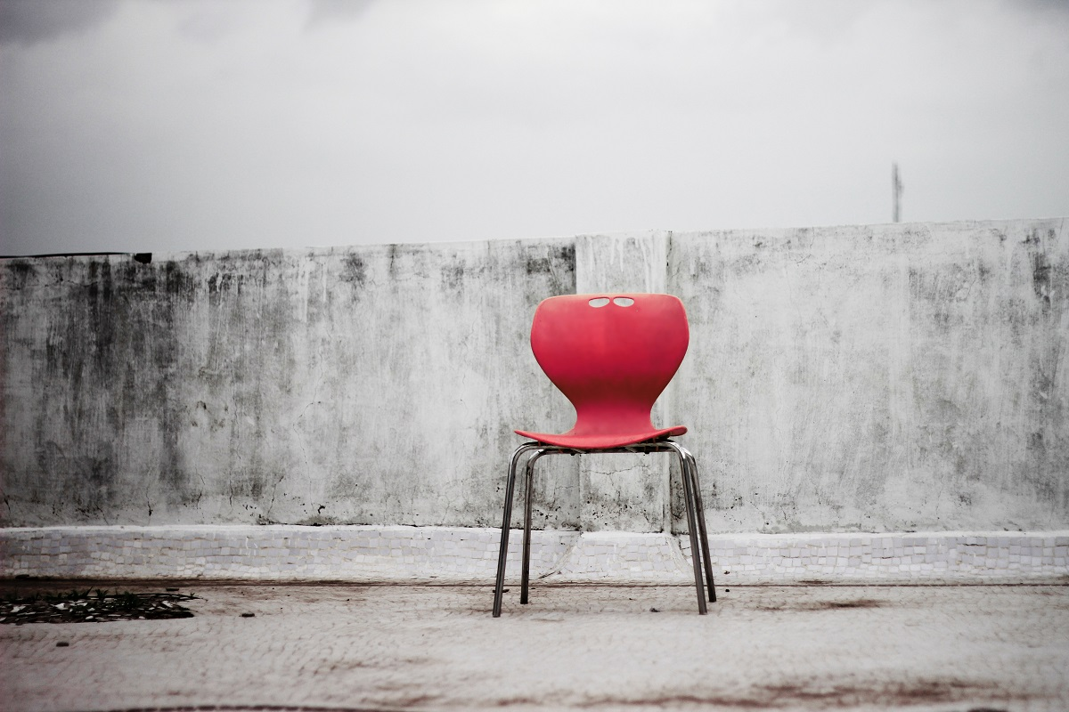 Stuhl auf der Straße. (Foto: Ravi Roshan; Unsplash.com)