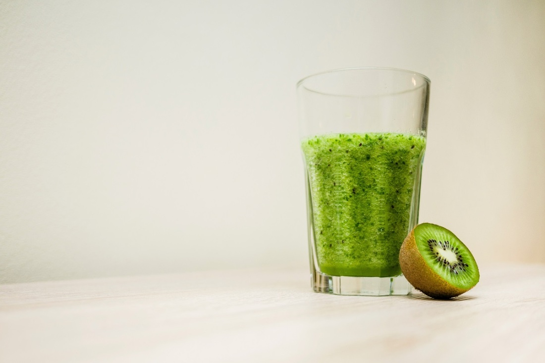 Saft einer Kiwi im Glas. (Foto: Michał Grosicki; Unsplash.com)