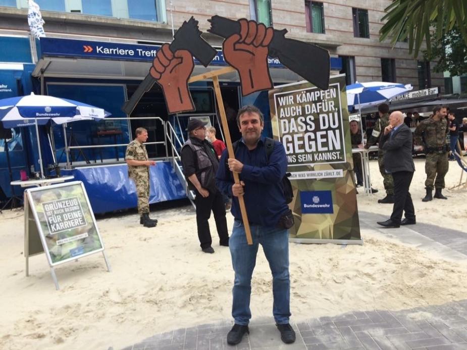 """Bernd Drücke bei einer antimilitaristischen Protestaktion gegen den """"Karriere Treff Bundeswehr"""" beim Stadtfest Münster im Juli 2016 (Foto: Olaf Götze/Archiv Graswurzelrevolution)."""