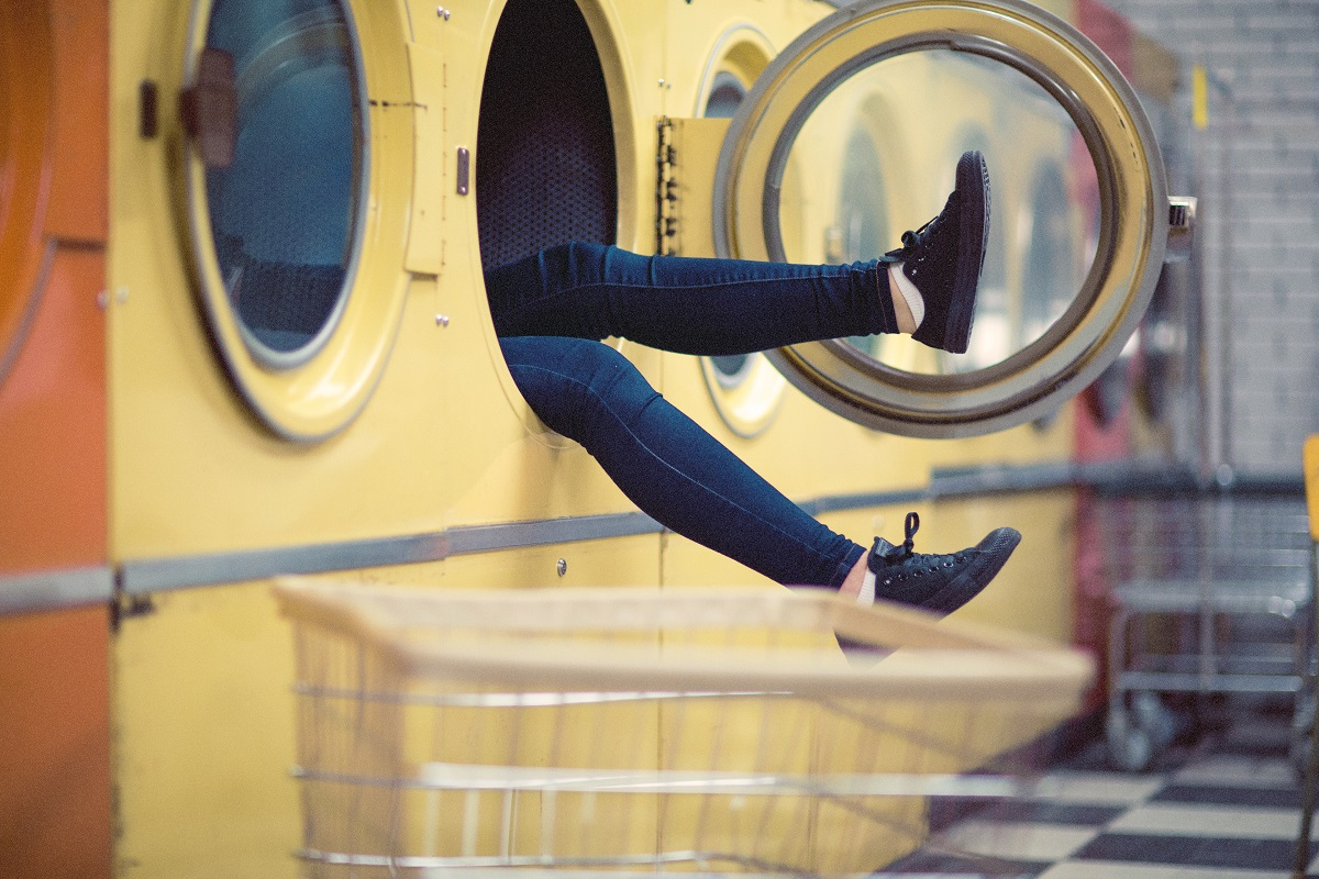 Frau in einer Waschmaschine. (Foto: Nik MacMillan, Unsplash.com)