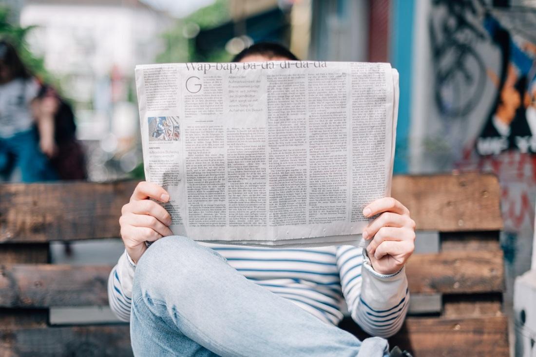 Mann mit einer Zeitung. Was denkt er über die Freihheit der Presse? (Foto: Roman Kraft, Unsplash.com)