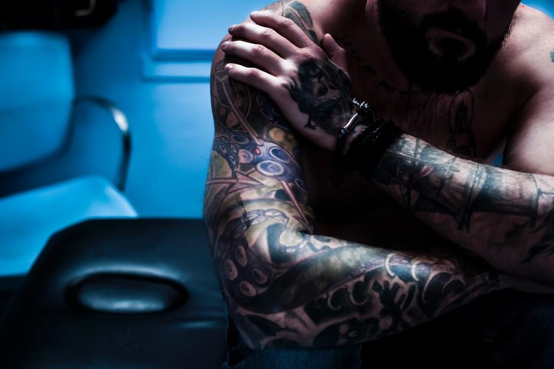 Ein nachdenlicher Mann mit Tatoos. (Foto: Celine Preher, Unsplash.com)