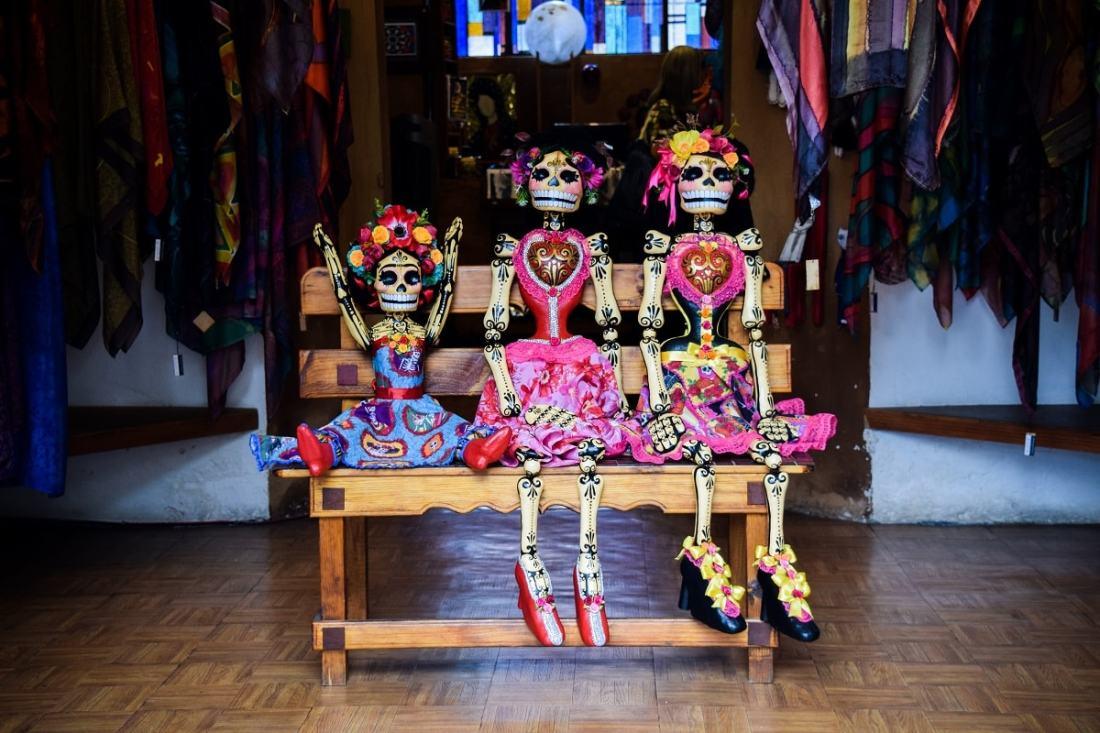 Skelette als Puppen. (Foto: Valeria Almaraz, Unsplash.com)