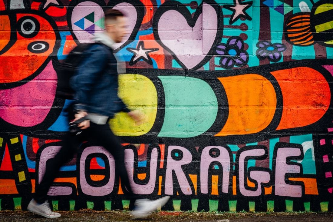 Courage als Street Art. (Foto: Oliver Cole, Unsplash.com)