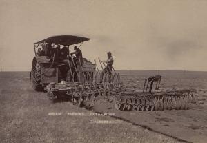 Dampftraktor beim Pflügen in der kanadischen Provinz Alberta (Aufnahme von 1910). (Foto: British Library; HS85-10-23180; Gemeinfrei=