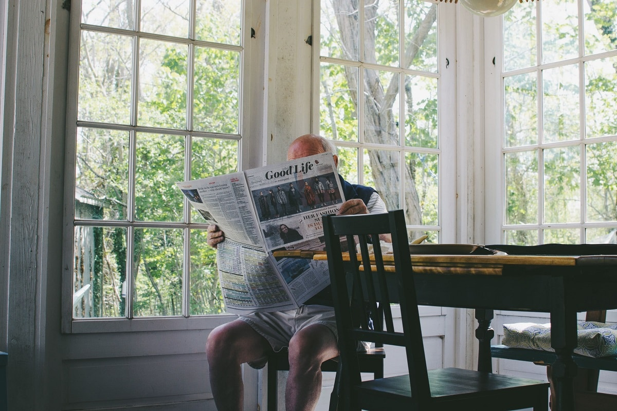 Ein Mann in Unterhose liest in einer Zeitung. (Foto: Sam Wheeler, Unsplash.com)