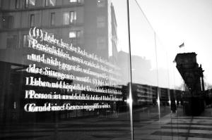 Auf Glasstelen sind in Berlin die ersten 19 Artikel des Grundgesetzes verewigt. (Foto: Ralph Boes)