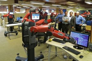 Der Roboter Baxter ist lernfähig. (Foto: Steve Jurvetson, Menlo Park, USA; Caught Coding Uploaded by PDTillman),Lizenz CC BY 2.0.)