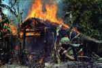 Vietnam Krieg. Soldat vor einer brennenden Hütte. (Foto: WikiImages, Pixabay.com CC0)