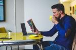 Ein Mann liest ein Buch und trinkt aus einem Becher. (Foto: Chris Benson, Unsplash.com)