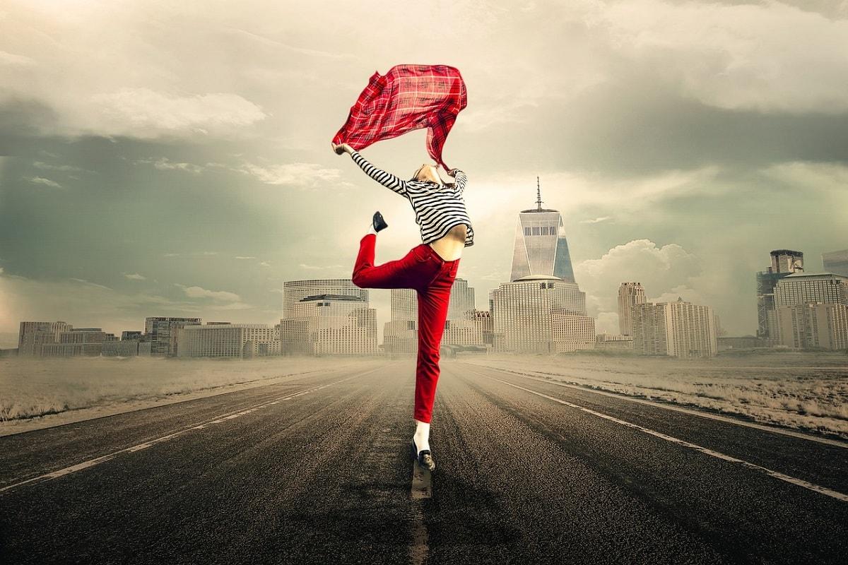 Mädchen tanzt auf der Strasse. (Foto: Myriam, pixabay.com;Creative Commons CC0)