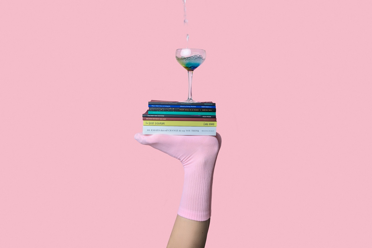 Socken und Bücher in Pink. (Foto: Thought Catalog, Unsplash.com)