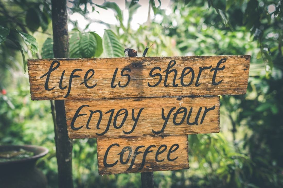 Life is short. Enjoy your coffee. (Foto: Artem Bali, Unsplash.com)