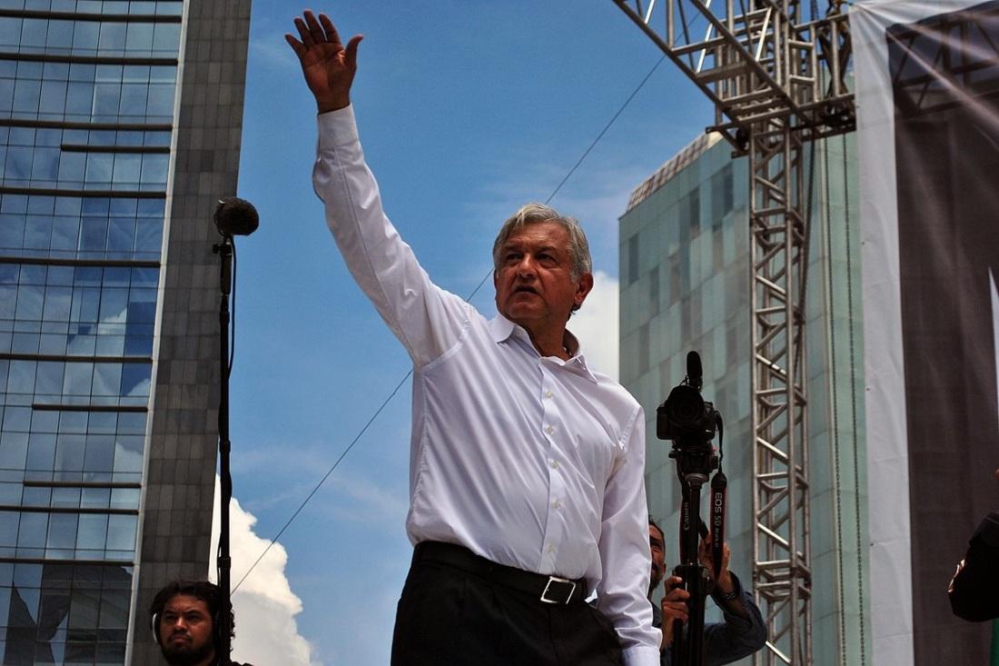 Andrés_Manuel_López_Obrador_saludando_-_Marcha_22_de_septiembre_de_2013_-_2_Image By ProtoplasmaKid - Own work, CC BY-SA 3.0