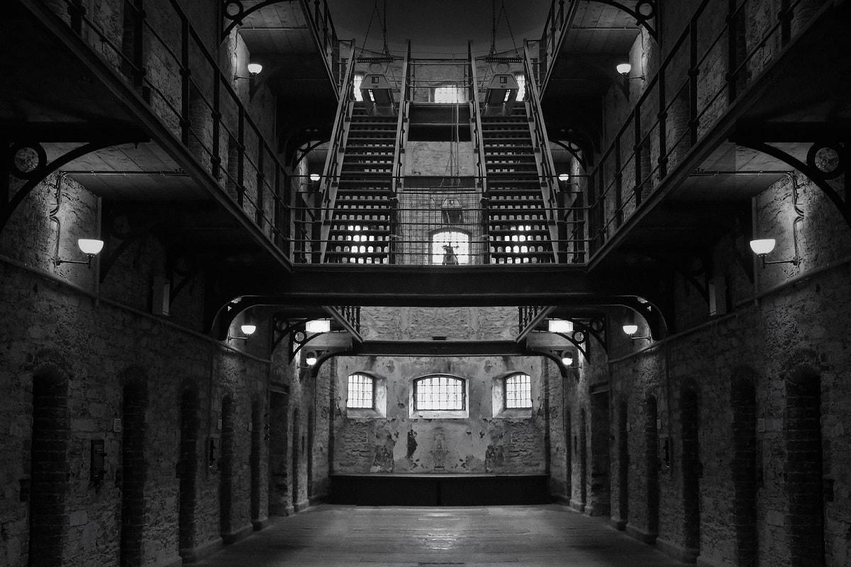 Blick in ein altes Gefängnis. (Foto: Tracy Lundgren, Pixabay.com, Creative Commons CC0)