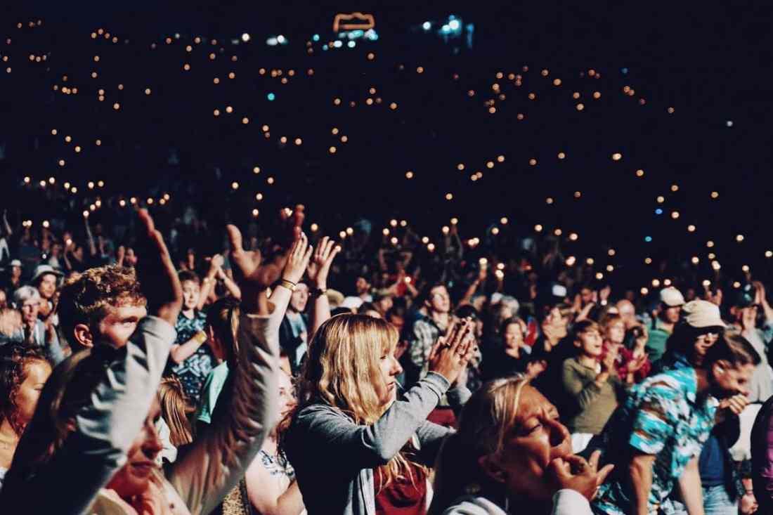 Menschen bei einer Veranstaltung in Kanada. (Foto: Ezra Comeau Jeffrey, Unsplash.com)