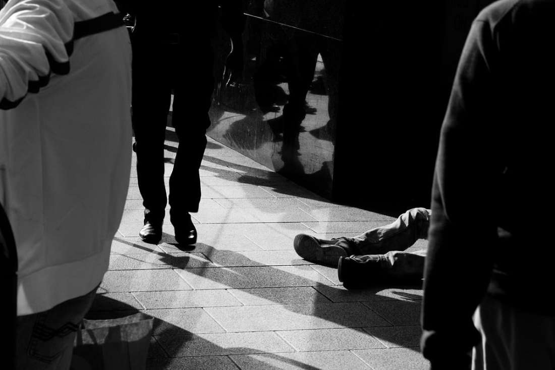 Obdachlosigkeit und Gleichgültigkeit. (Foto: Paolo Trabattoni, Pixabay.com, Creative Commons CC0)